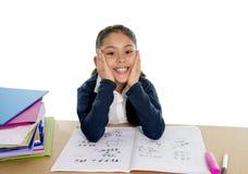 Szczęśliwa hiszpańska mała szkolna dziewczyna ono uśmiecha się wewnątrz z powrotem szkoła i edukaci pojęcie z notepad Zdjęcia Royalty Free