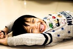 Szczęśliwa i śmieszna azjatykcia Tajlandzka chłopiec fotografia royalty free