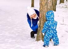 Szczęśliwa i radosna matka i dziecko na spacerze, sztuka w zima lasowym Sosnowym lesie Chelyabinsk region, Ural, Rosja Zdjęcie Royalty Free