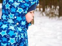Szczęśliwa i radosna matka i dziecko na spacerze, sztuka w zima lasowym Sosnowym lesie Chelyabinsk region, Ural, Rosja Fotografia Royalty Free