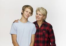 Szczęśliwa i uśmiechnięta matka i syn Kochający rodzinny portret przeciw fotografia royalty free