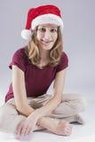 Szczęśliwa i uśmiechnięta nastoletnia dziewczyna Jest ubranym Stomatologicznych zębów wsporniki w Santa kapeluszu obrazy stock