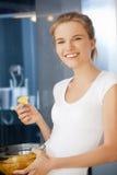 Szczęśliwa i uśmiechnięta nastoletnia dziewczyna z układami scalonymi Obraz Stock