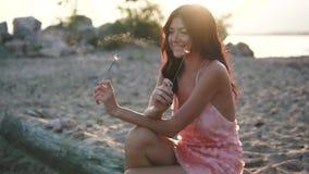 Szczęśliwa i z podnieceniem kobiety odświętność Portret seksowna dziewczyna w koktajl sukni przy zmierzchem swobodny ruch zbiory wideo