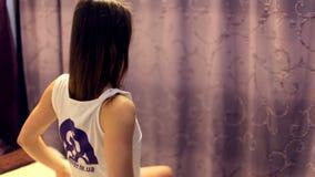 Szczęśliwa i zadowolona dziewczyna po zdrojów traktowań przy zdroju salonem zbiory wideo