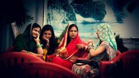 Szczęśliwa Indiańska kobiety plotka w przyjęciu zdjęcia royalty free