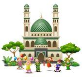 Szczęśliwa islamska dzieciak kreskówka bawić się przed meczetem ilustracja wektor
