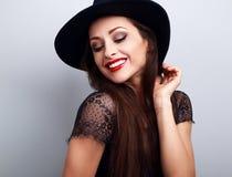 Szczęśliwa jaskrawa makeup dama w mody kapeluszowy patrzeć w dół z czerwonym li Obrazy Royalty Free