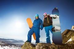 Szczęśliwa jazda na snowboardzie para w zim górach zdjęcie royalty free