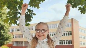 Szczęśliwa jedenaście roczniaka uczennica skacze w szczęśliwych emocjach zbiory wideo