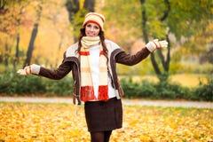 Szczęśliwa jesieni dziewczyna Fotografia Royalty Free