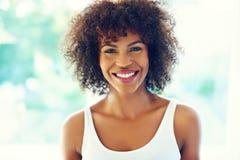 Szczęśliwa kędzierzawa kobieta Zdjęcia Stock