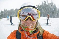 Szczęśliwa kobieta bierze selfie na zimie w Karpackich górach obraz stock