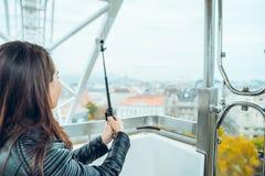 Szczęśliwa kobieta bierze selfie w ferris kole Zdjęcia Stock