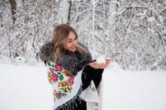 Szczęśliwa kobieta chodzi przez zima lasu, śmia się życie i cieszy się, sztuki z snowballs, zdjęcie stock