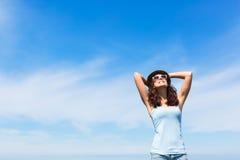 Szczęśliwa kobieta cieszy się czasu wolnego wakacje Obrazy Royalty Free