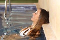 Szczęśliwa kobieta cieszy się skąpanie w zdroju obrazy stock