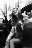 szczęśliwa kobieta Czarny i biały portret piękna pomyślna kobieta, siedzący w samochodzie, ono uśmiecha się i marzyć, Fotografia Royalty Free