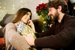 Szczęśliwa kobieta daje boże narodzenie teraźniejszości zdziwiony chłopak w miłości Zdjęcie Royalty Free