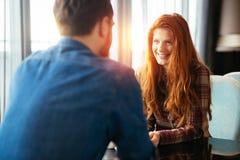 Szczęśliwa kobieta datuje przystojnego mężczyzna obraz stock