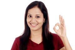 Szczęśliwa kobieta gestykuluje OK szyldowego fotografia royalty free