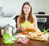 Szczęśliwa kobieta gotuje hiszpańskie kanapki Zdjęcie Stock