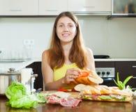 Szczęśliwa kobieta gotuje hiszpańskie kanapki Zdjęcia Stock