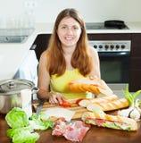 Szczęśliwa kobieta gotuje hiszpańskie kanapki Fotografia Stock