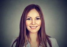 szczęśliwa kobieta Headshot uśmiechnięta toothy dziewczyna fotografia royalty free