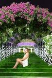 Szczęśliwa kobieta i dziecko w kwitnącej wiośnie uprawiamy ogródek Matka dnia wakacje pojęcie zdjęcie royalty free