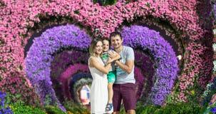 Szczęśliwa kobieta i dziecko w kwitnącej wiośnie uprawiamy ogródek Matka dnia wakacje pojęcie obrazy stock