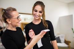 Szczęśliwa kobieta i jej osobisty trener patrzeje rezultata wydruk obrazy royalty free