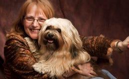 Szczęśliwa kobieta i jej pies zdjęcie royalty free