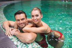 Szczęśliwa kobieta i mężczyzna pływa wpólnie obrazy royalty free