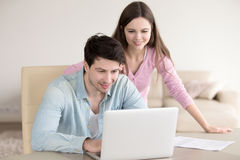 Szczęśliwa kobieta i mężczyzna używa laptopu biuro w domu, papierkowa robota Zdjęcia Stock