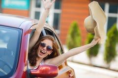 Szczęśliwa kobieta jedzie czerwonego ścisłego samochód Zdjęcie Royalty Free