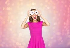 Szczęśliwa kobieta lub nastoletnia dziewczyna ma zabawę z donuts obraz stock