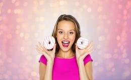 Szczęśliwa kobieta lub nastoletnia dziewczyna z donuts zdjęcia stock
