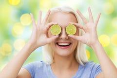 Szczęśliwa kobieta ma zabawy nakrycie ono przygląda się z wapnem zdjęcia royalty free