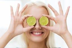 Szczęśliwa kobieta ma zabawy nakrycie ono przygląda się z wapnem fotografia stock