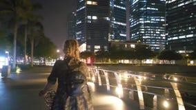 Szczęśliwa kobieta na jej bicyklu przy nocą zbiory