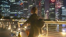 Szczęśliwa kobieta na jej bicyklu przy nocą zdjęcie wideo