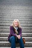 Szczęśliwa kobieta na krokach zdjęcia royalty free