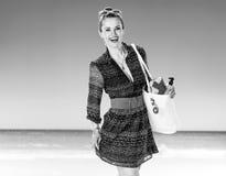 Szczęśliwa kobieta na plażowej mienie bielu plaży torbie z lato materiałem Fotografia Stock