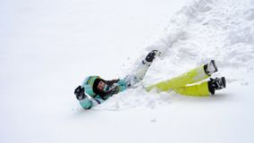 Szczęśliwa kobieta na puszystym śniegu zdjęcie wideo