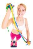 Szczęśliwa kobieta na ważyć skala Dieta ciężaru strata Zdjęcie Royalty Free
