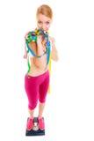 Szczęśliwa kobieta na ważyć skala Dieta ciężaru strata Zdjęcia Royalty Free