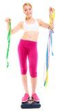 Szczęśliwa kobieta na ważyć skala Dieta ciężaru strata Obrazy Royalty Free