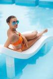 Szczęśliwa kobieta na wakacje blisko błękitnego basenu zdjęcia stock