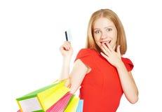 Szczęśliwa kobieta na zakupy z torbami i kredytowymi kartami odizolowywającymi na bielu Zdjęcia Royalty Free